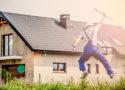 Homme devant une maison