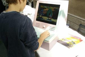 Un joueur sur une borne d'arcade recyclée