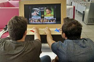 Joueurs sur une borne d'arcade rétro