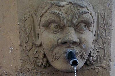Fontaine dans un village proche du Colorado Provençal